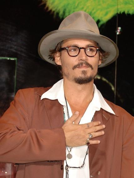 Johnny-Depp-et-son-fedora-fetiche-en-2005_exact780x1040_p