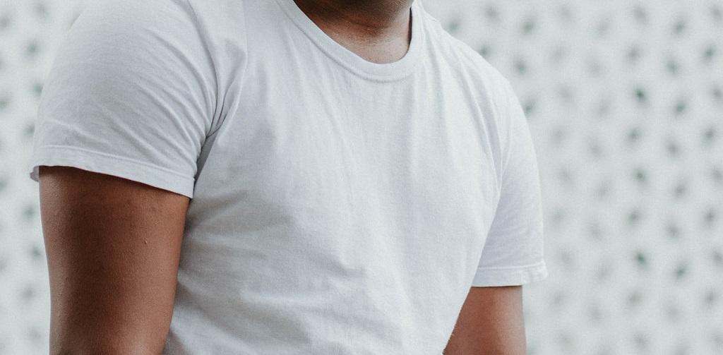 t-shirt marron sur fond blanc