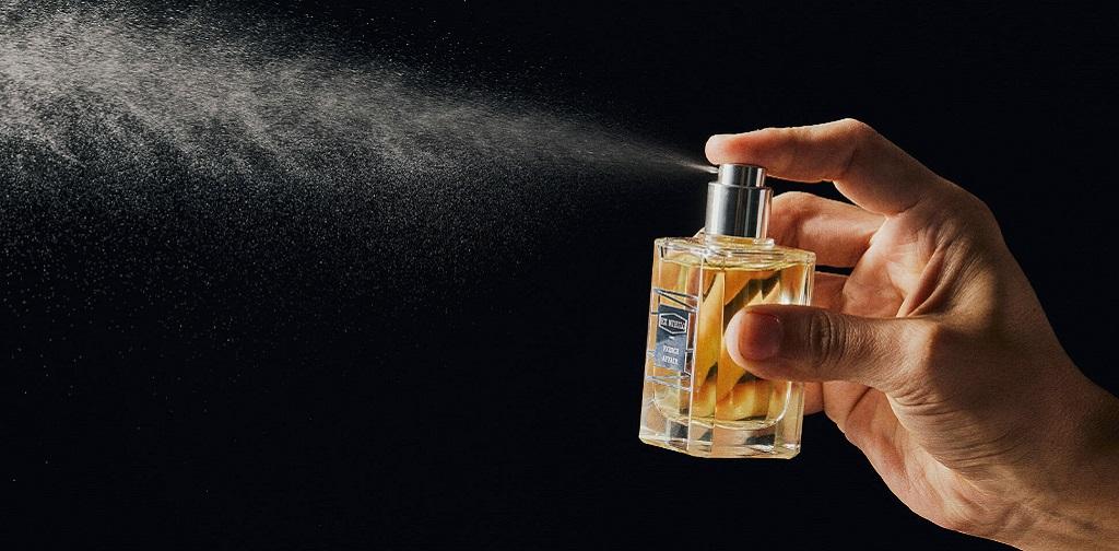 parfum vaporisé sur fond noir