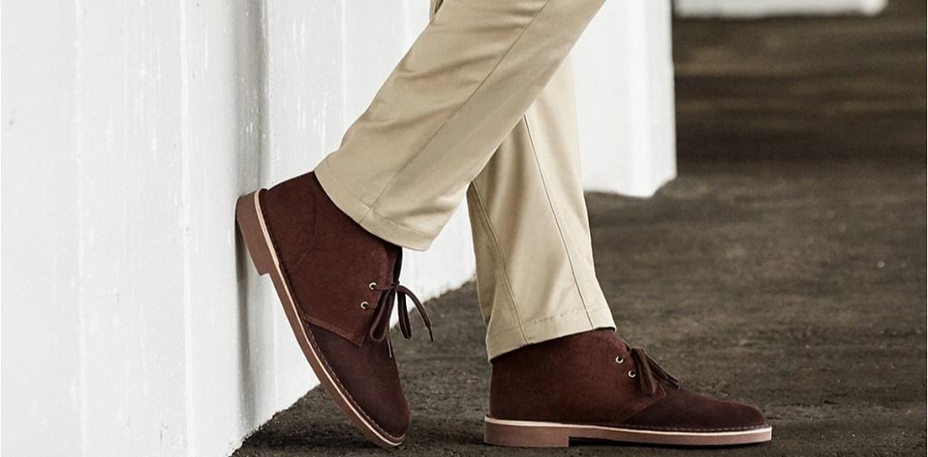 une paire de desert boots portées avec un chino