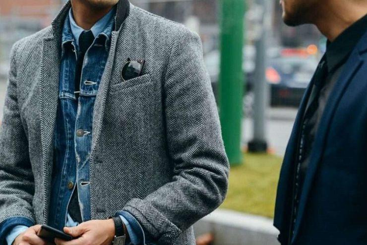 homme avec une veste en jeans