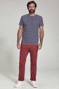 homme portant un t-shirt mariniere et un jeans