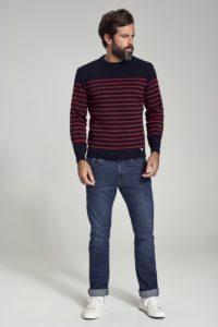 homme portant un pull mariniere et un jeans