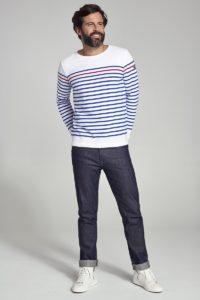 homme portant une mariniere et un jeans