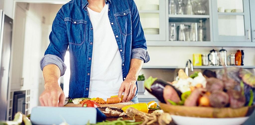 homme qui cuisine des légumes