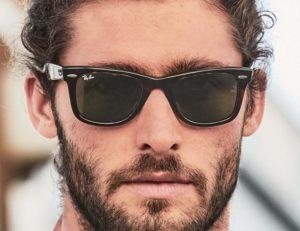 homme portant des lunettes wayfarer