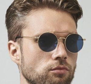 homme portant des lunettes rondes
