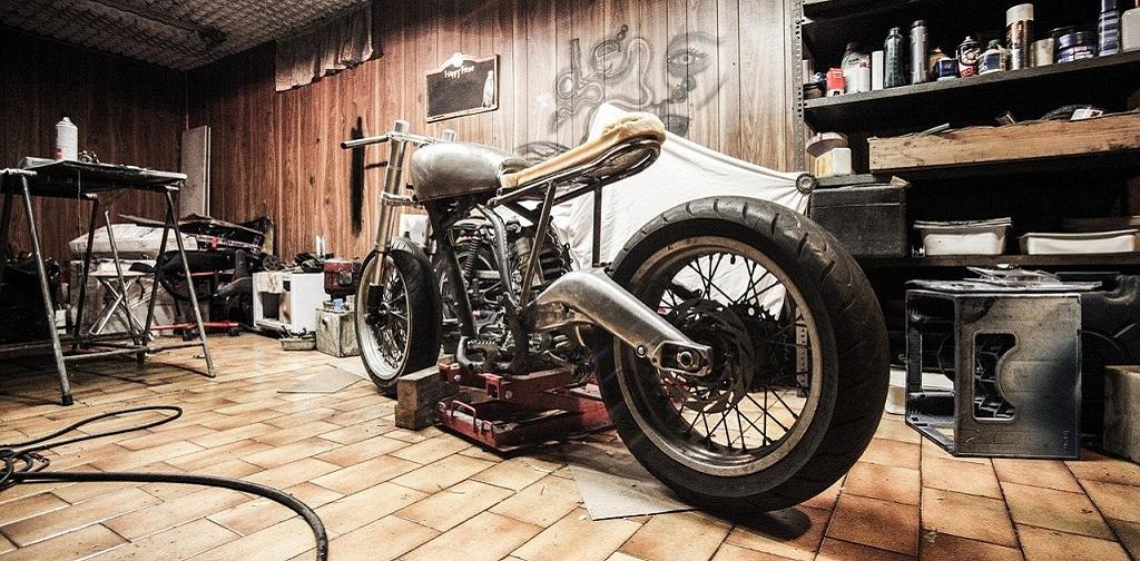 moto dans un atelier