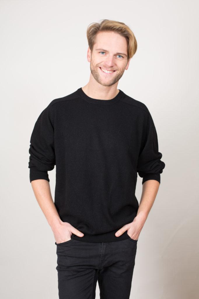 Homme portant un pull noir