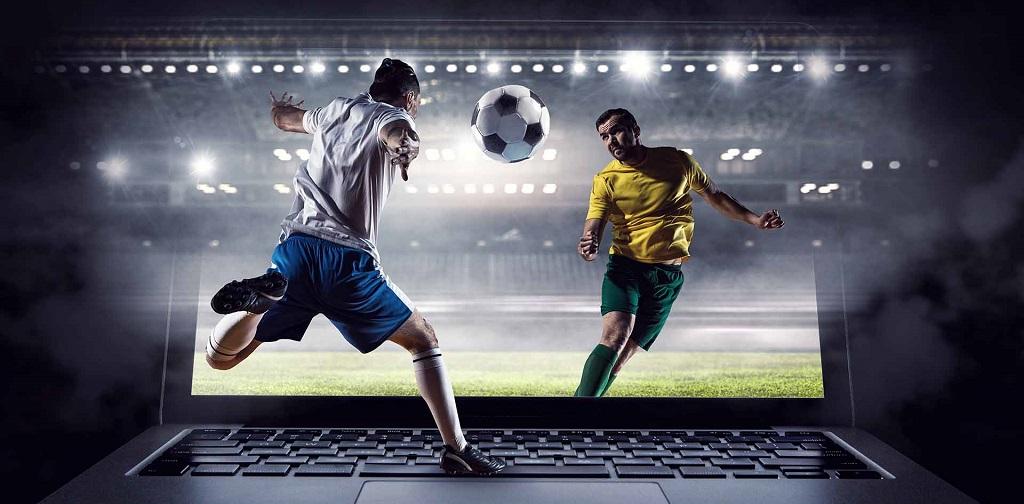 deux joueurs de foot sortant d'un écran