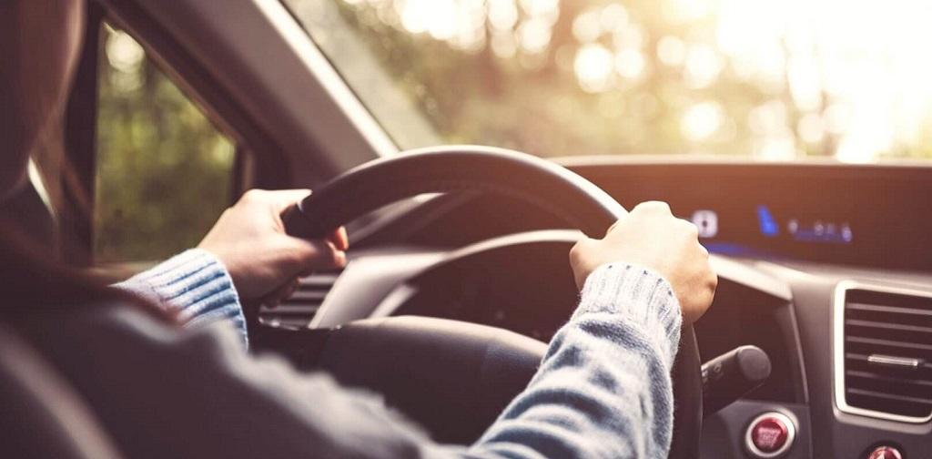 homme au volant d'une voiture