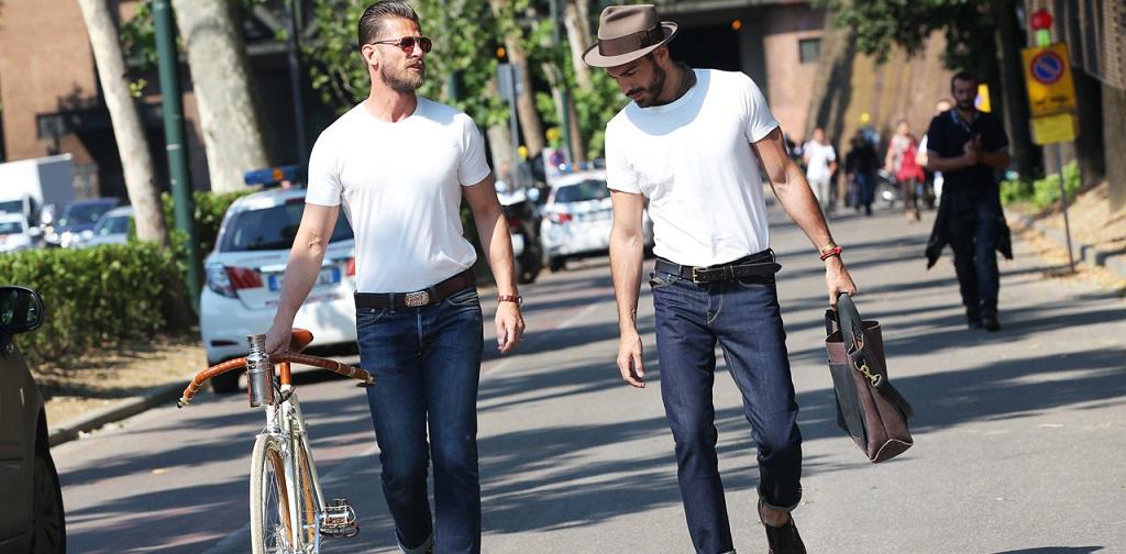 t-shirt blanc porté par deux hommes