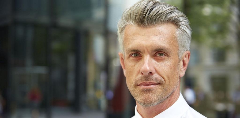 coupe de cheveux homme mur pompadour