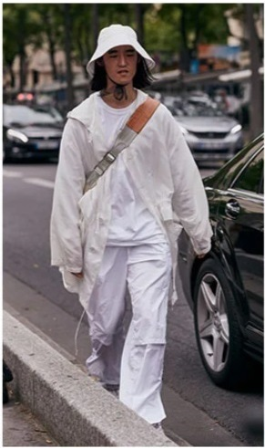 homme portant un look blanc avec un bob blanc