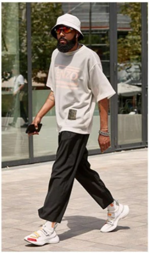homme portant un look street avec un bob blanc