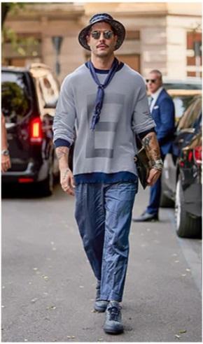 homme portant un bob bleu