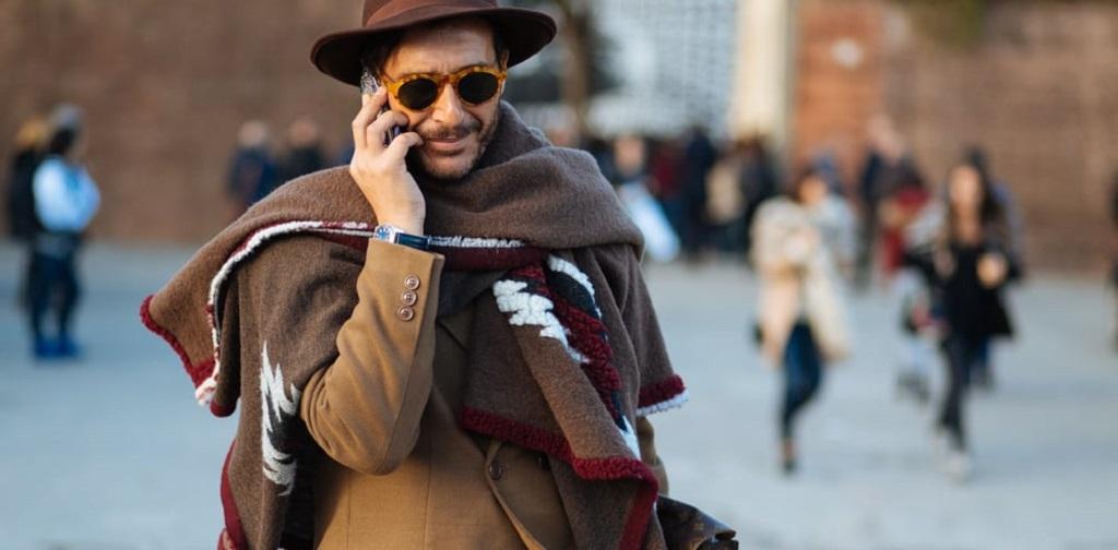 homme portant une cape