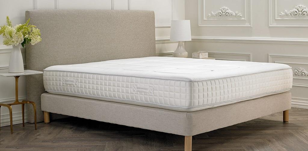 matelas blanc sur lit gris