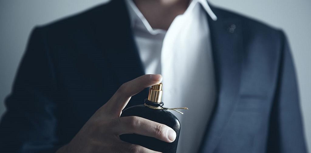 homme vaporisant du parfum