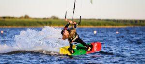 femme faisant du kitesurf