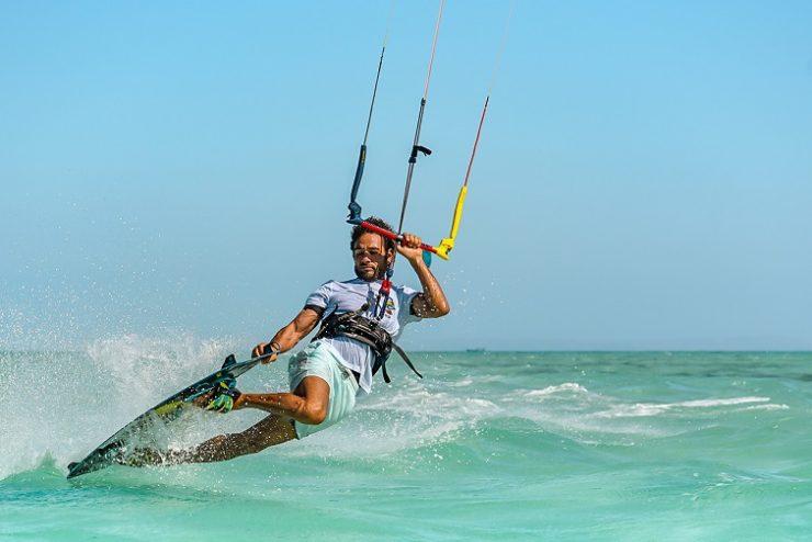 homme faisant du kit surf